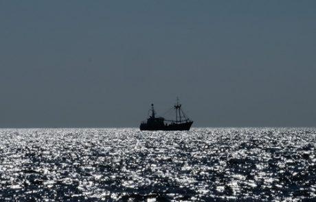Fischerboot im Gegelicht